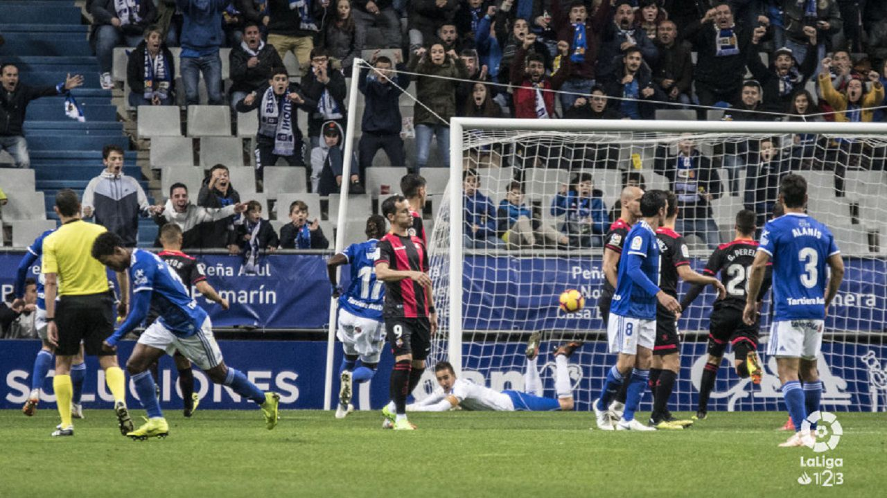 Gol Yoel Barcenas Linares Real Oviedo Reus Carlos Tartiere.Linares se lamenta tras el gol de Bárcenas en el Real Oviedo - Reus