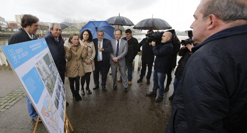 Políticos de las distintas administraciones, ayer en el Paraugas.