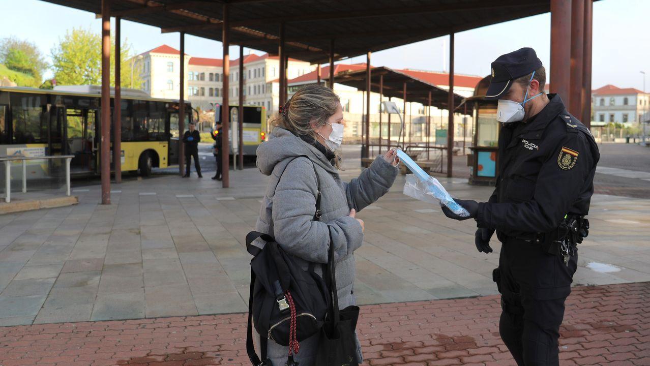 Movimiento en la zona industrial de Santiago, con mcha policía entregando mascarillas a primera hora.Castro Marcote en el Parador de Muxía