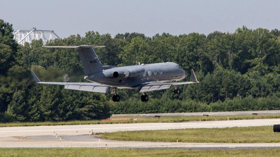 Un avión transporta a la misionera que trabajaba en Liberia tratando pacientes con ébola con la organización Samaritan's Purse, Nancy Writebol, a la Base Aérea de Reserva Dobbins, al noroeste de Atlanta, en Georgia