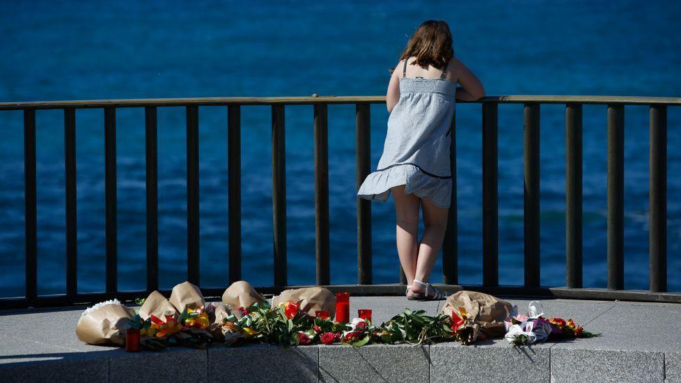 Homenaje de los compañeros del joven ahogado en la playa de Orzán