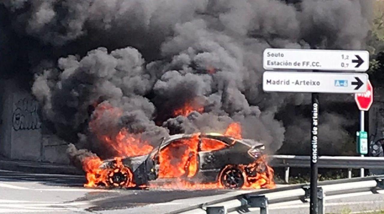 alquiler.El incendio del vehículo en Arteixo provocó una densa humareda