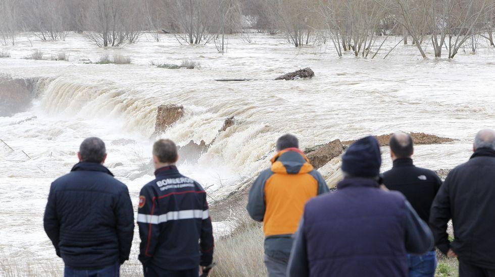Los vecinos han estado toda la noche pendiente del nivel del agua. Los que permanecen en la localidad  ayudan para evitar que el río se desborde