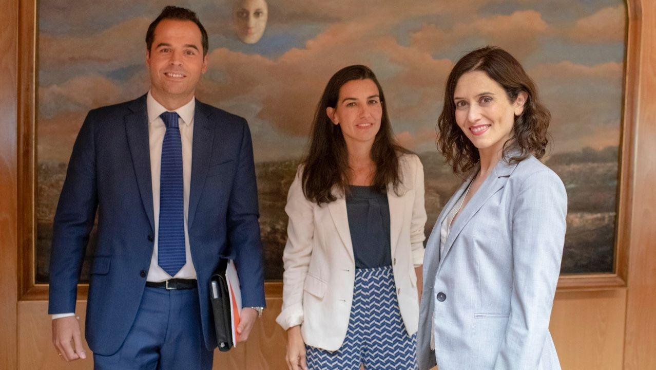 Ignacio Aguado (Cs), Rocío Monasterio (Vox) e Isabel Díaz Ayuso (PP) posan para la foto de su pacto a tres bandas en la Asamblea de Madrid