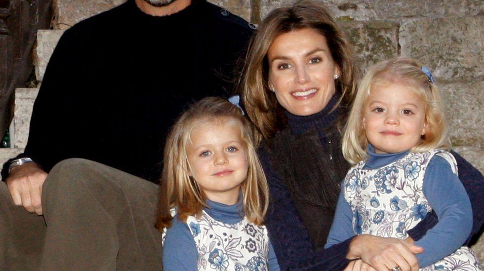 Las infantas con los reyes en la postal navideña que enviaron en el 2009.