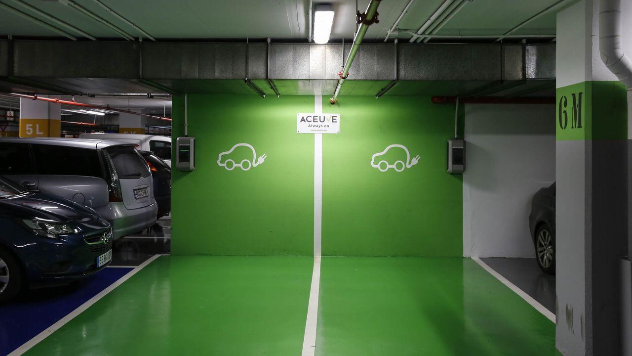 Punto de recarga para coches eléctricos en el párking del centro comercial Ponte Vella de Ourense