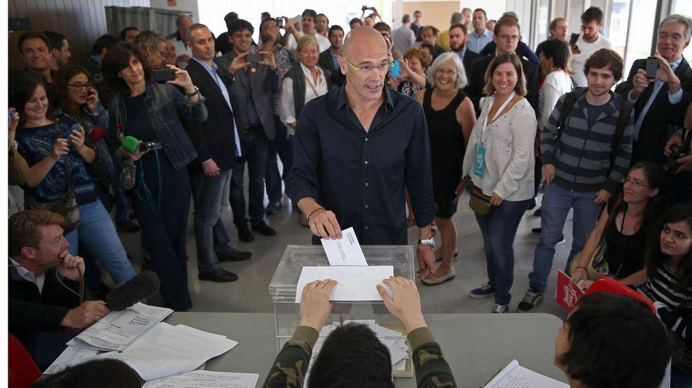 El cabeza de lista de Junts pel Sí, Raül Romeva, deposita su voto en la urna en su colegio electoral situado en el casal Mirasol de San Cugat