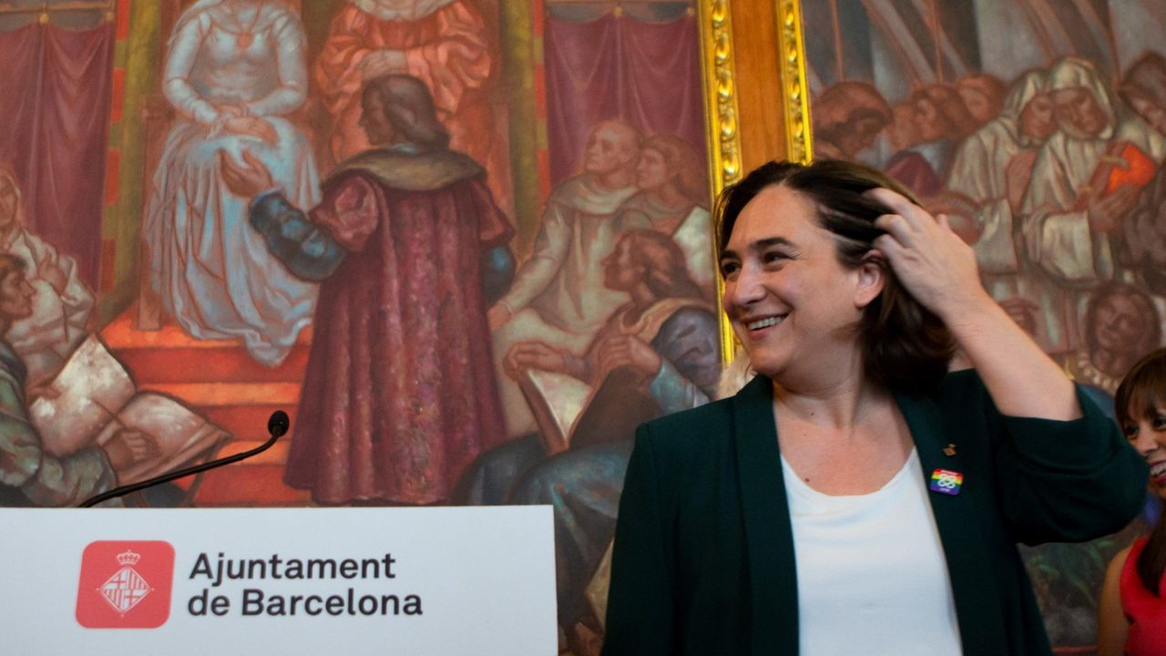El 21 de marzo se sustituyó la pancarta a favor de los «presos políticos» del balcón del Palau de la Generalitat por otra con el mismo mensaje pero que, en lugar de un lazo amarillo , tenía uno blanco con una franja roja