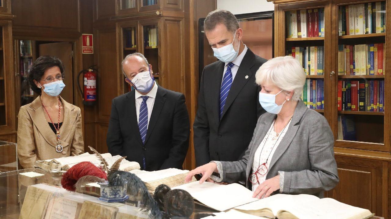 El rey atiende a las explicaciones de una funcionaria durante su visita al Tribunal de Cuentas en compañía de la presidenta de la entidad, María José de la Fuente, y el ministro de Justicia, Juan Carlos Campo