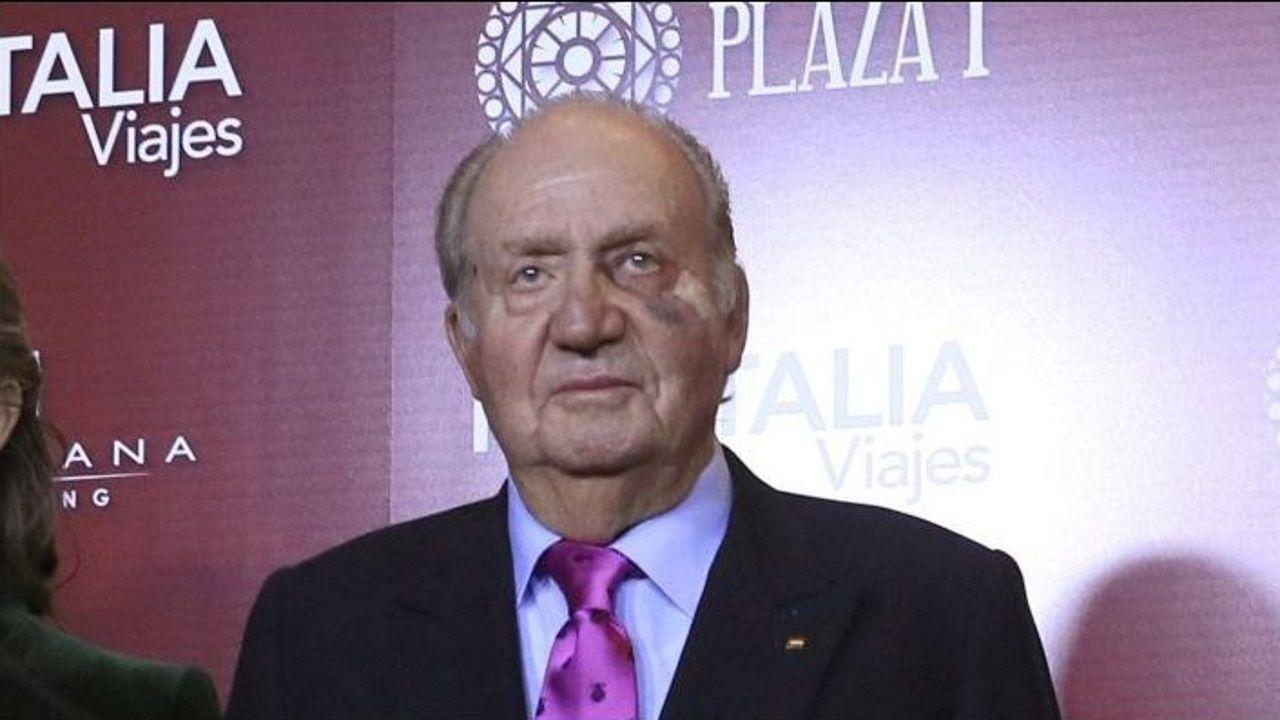 El rey Juan Carlos reaparece con un moratón en un ojo.Victoria Federica, con el alcalde de Sevilla Juan Espadas y el presidente del Real Club de Enganches, Jesús Contreras