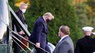 Trump descendiendo del helicóptero que lo llevó al hospital Walter Reed de Bethesda