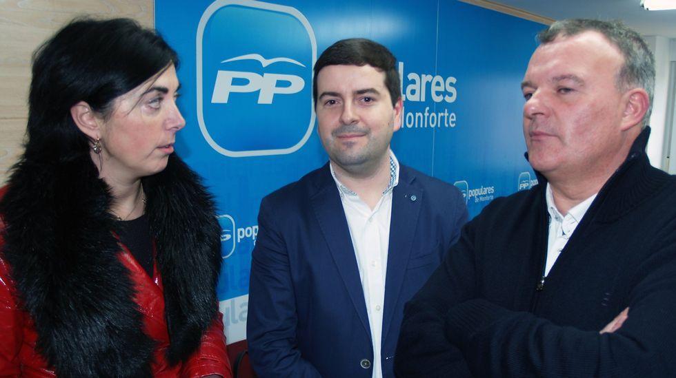 La nueva cabeza de lista del PP, de pie a la derecha de la imagen, junto al candidato que dio la espantada