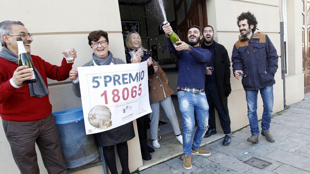 Celebración del quinto premio en la administración de loterías A Faba de Ouro de Lourenzá.