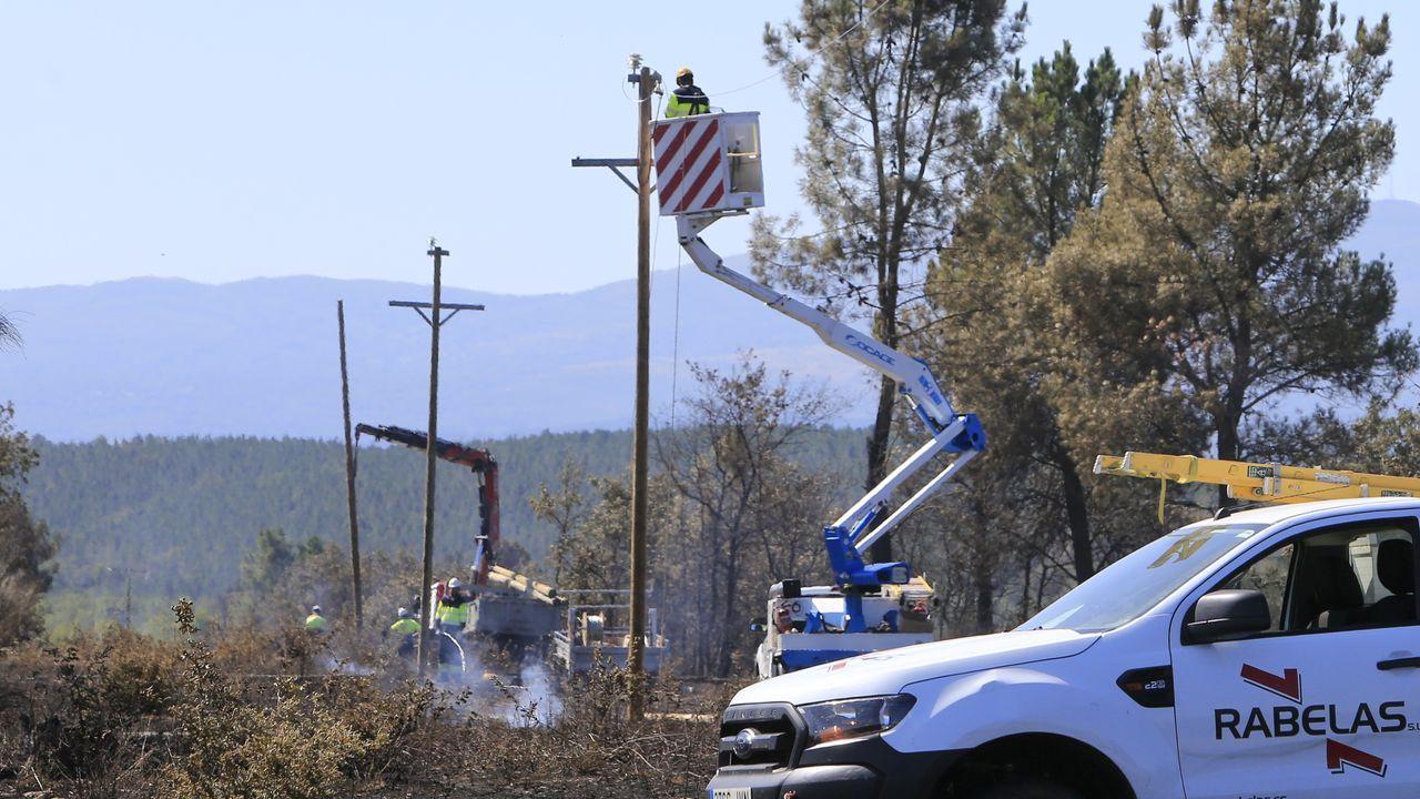 Durante la jornada del viernes hubo que reparar líneas eléctricas y teléfonónicas dañadas por el fuego. En la imagen, trabajos realizados en la parroquia de Seoane