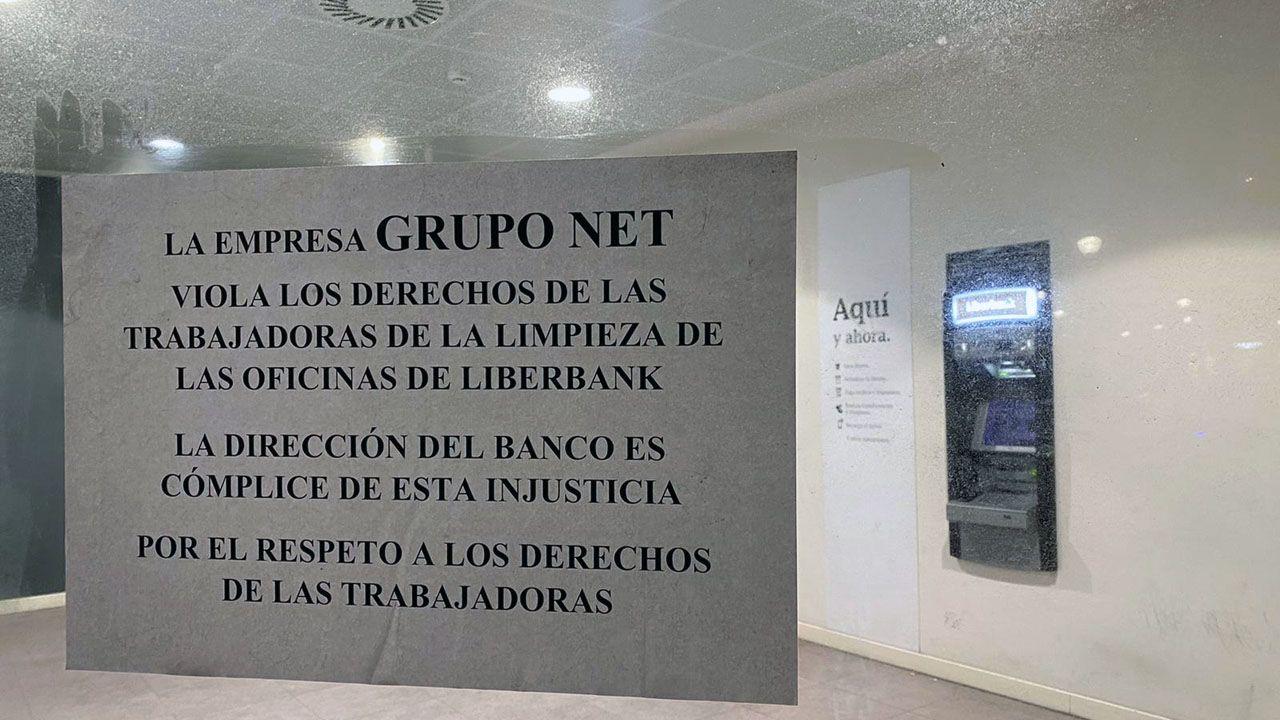 Un grupo alumnos estudia en la biblioteca del Colegio mayor San Gregorio, de la Universidad de Oviedo.Cartel de protesta por las condiciones de las trabajadores de la limpieza en Liberbank