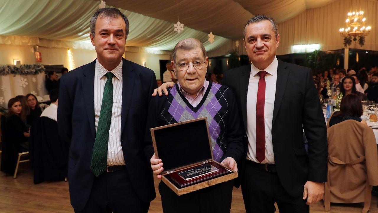 El doctor Calvo Brea, en el centro, en un homenaje con motivo de su jubilación