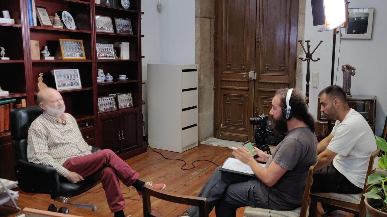 Iago Prada, en el centro, entrevista a Amancio Sotillo, de la asociación ecologista Adega