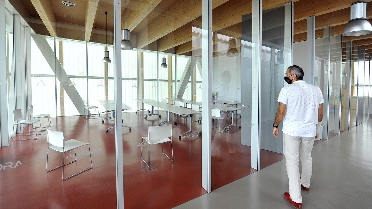Primer día de clase en los institutos de la comarca de Ferrol.Alumnos a la espera de entrar en el IES Canido