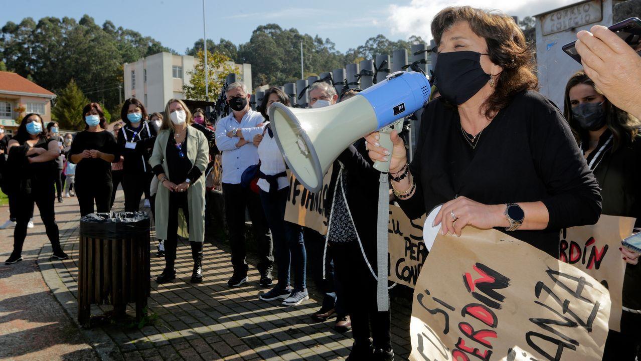 Imagen de archivo de una protesta de padres y alumnos del colegio en favor de la readmisión de la directora