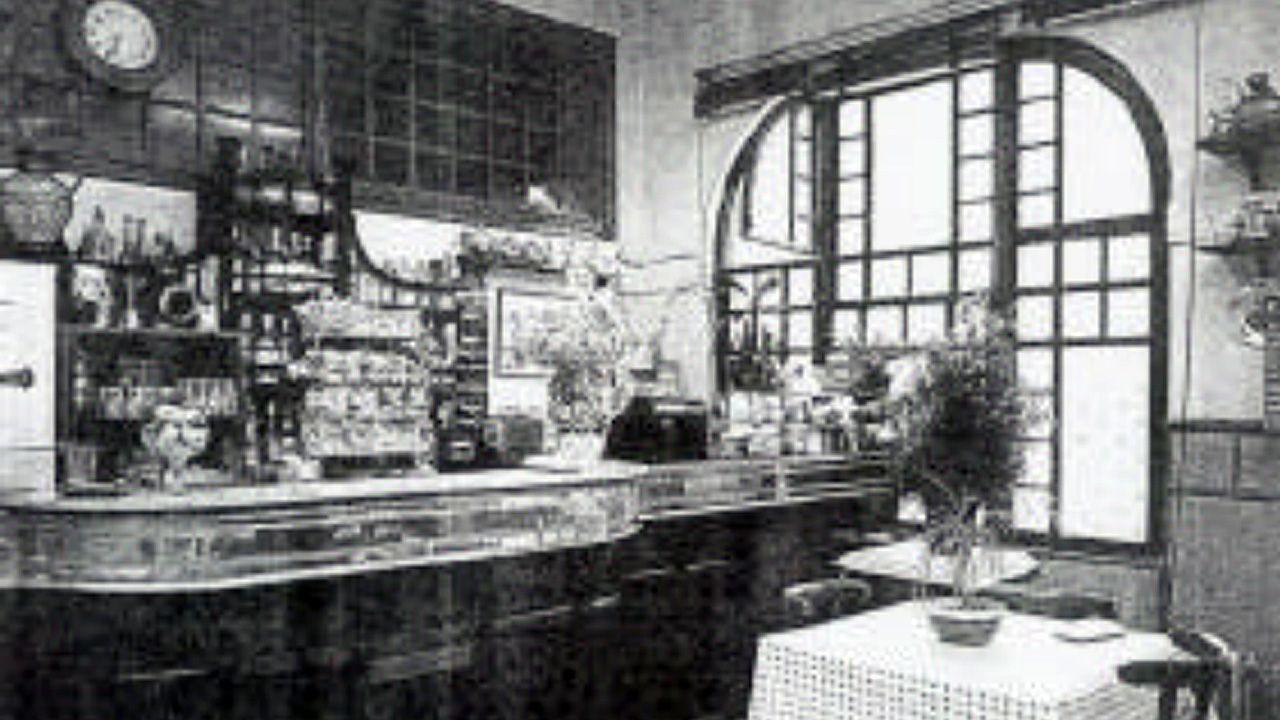 Interior de la cantina de El Vasco, con sus cristaleras y ebanistería modernistas