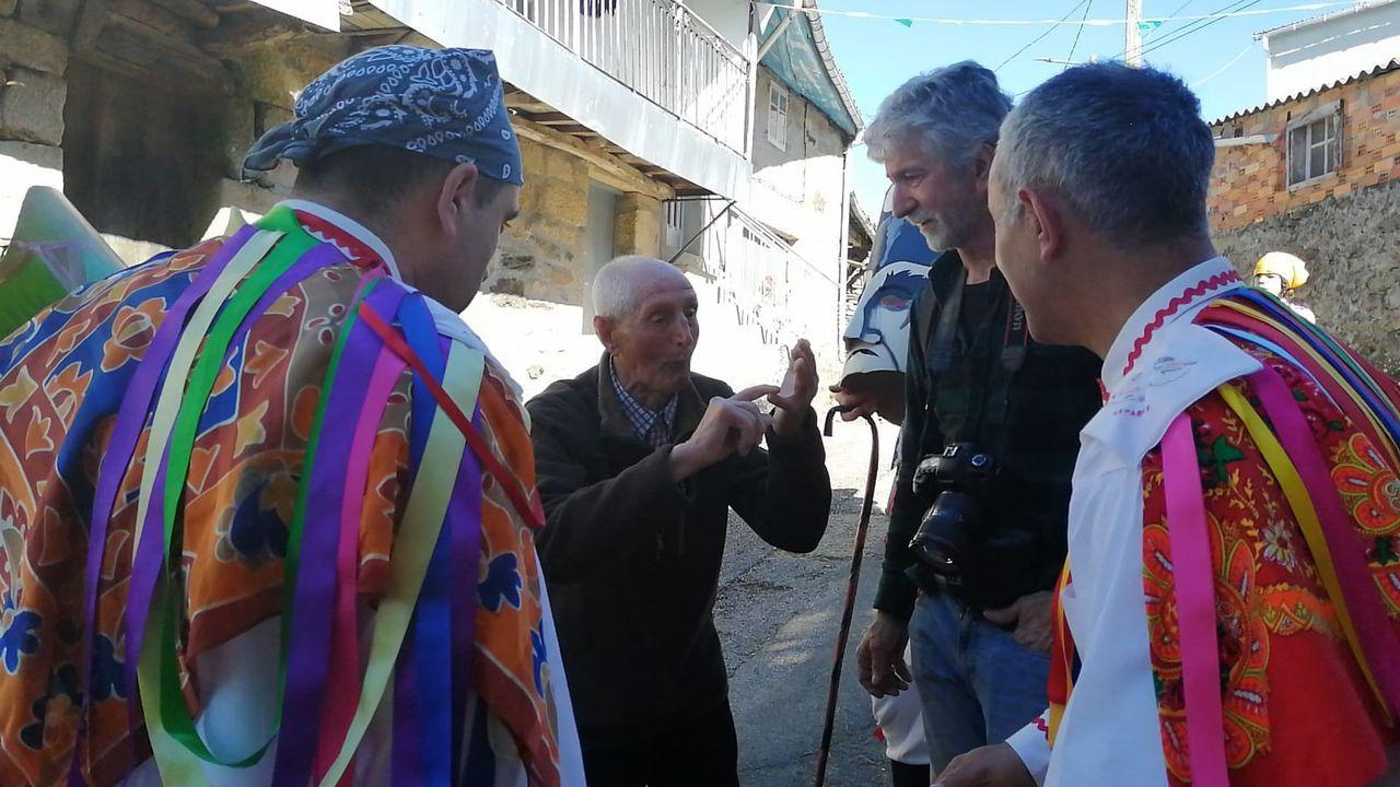 Evaristo Carballo y los felos de Esgos.Mercedes Vázquez y la edila de Cultura, Emilia Somoza, inauguraron la exposición en Verín