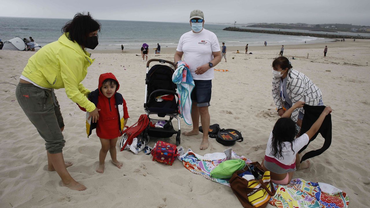 Numerosas familias disfrutaron estos días de la playa de A Rapadoira, en Foz