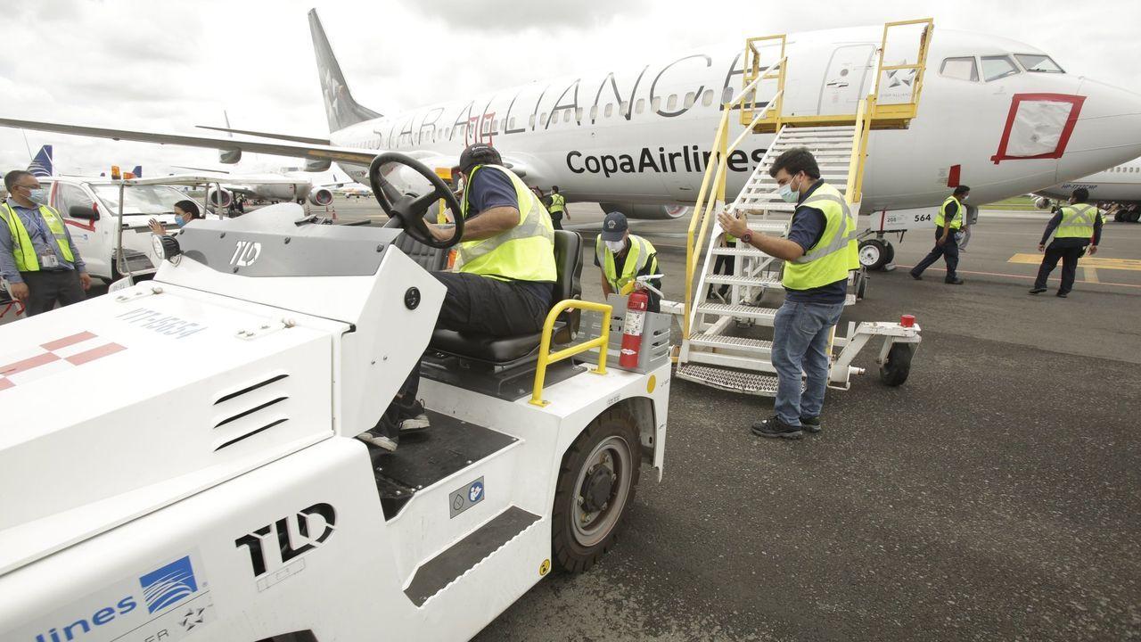 Los operarios realizan un mantenimiento a la flota de aviones de Copa durante la paralización forzada por la pandemia, en el Aeropuerto Internacional de Tocumen, en Ciudad de Panamá