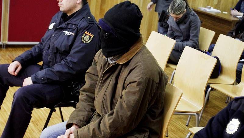 El acusado, que es reincidente, ocultó su rostro de las cámaras antes de la vista.