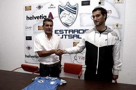 El entrenador de la selección, con Pazos.Reboredo con Moro, que cierra la lista de fichajes del club.