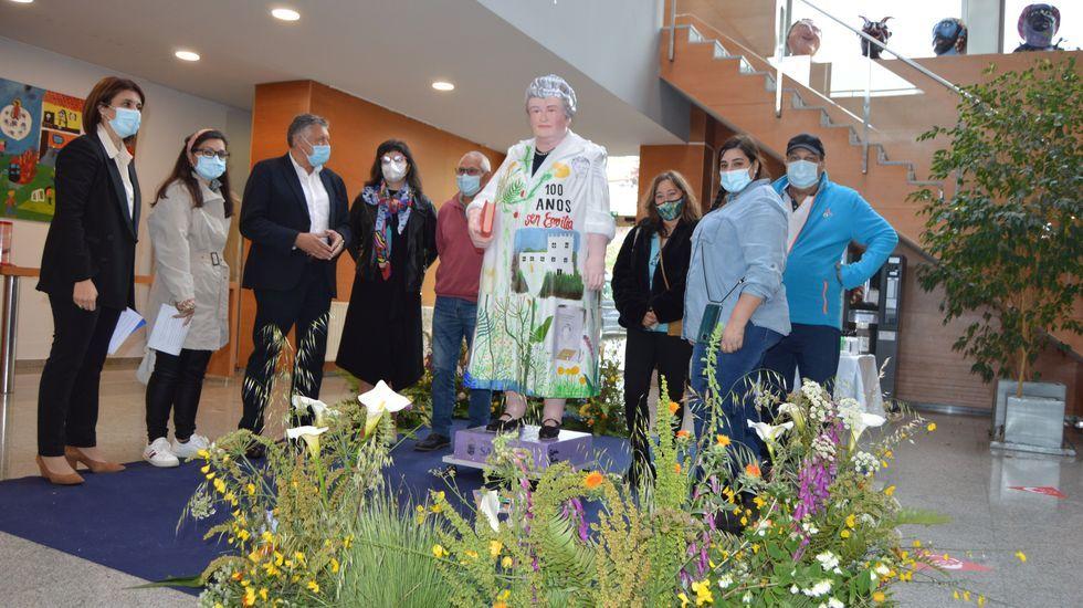 La Ascensión resiste con el paraguas.Presentación de la escultura de Emilia Pardo Bazán en el edificio que lleva su nombre en Sanxenxo