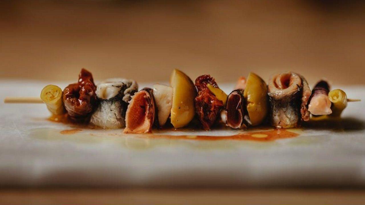 ESTIMAR Rafa Zafra no se conforma con los tres ingredientes originales y le añade hasta percebes.