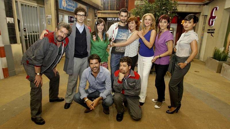 Parte del equipo de actores de la comedia <span lang= gl >«Chapa e pintura»</span>, que tiene a Chelo y Raúl como protagonistas.