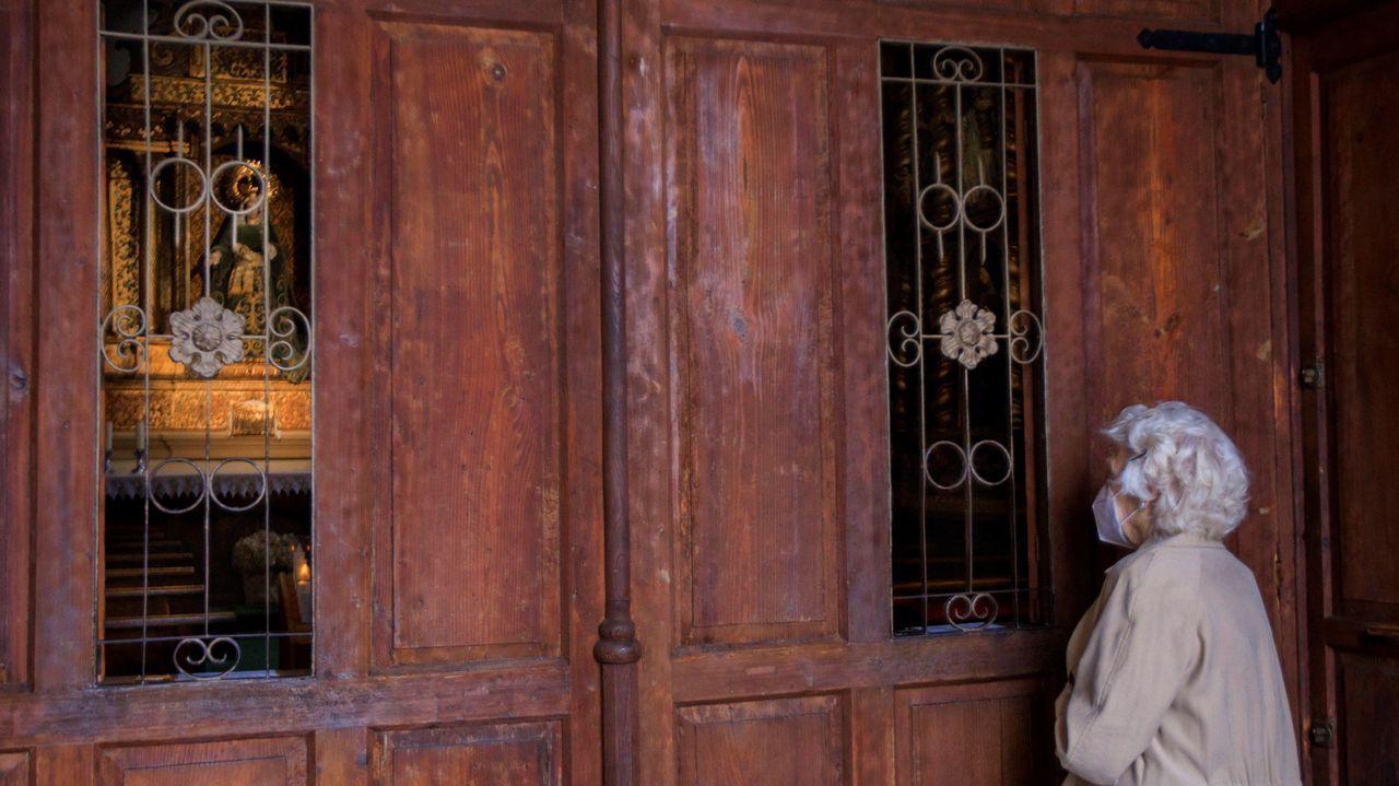 Una mujer reza en el exterior de la capilla de la Balesquida, en la plaza de la Catedral de Oviedo