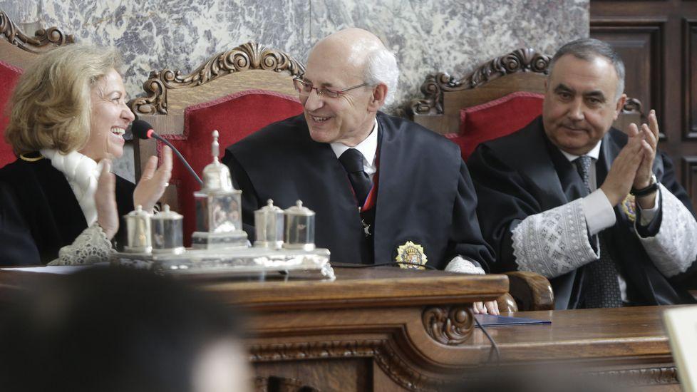 El fiscal superior de Galicia, Fernando Suanzes, entre la fiscala general del Estado, Consuelo Madrigal, y su predecesor, Carlos Vela.