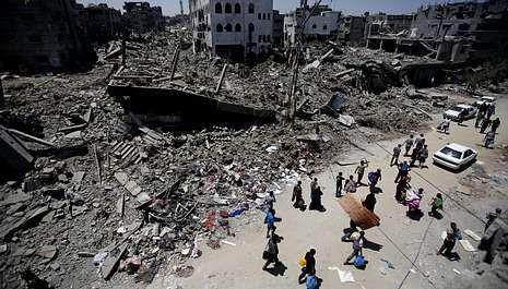 En los pocos minutos que duró la tregua, los palestinos pudieron recoger algunas pertenencias de sus derruidos hogares.
