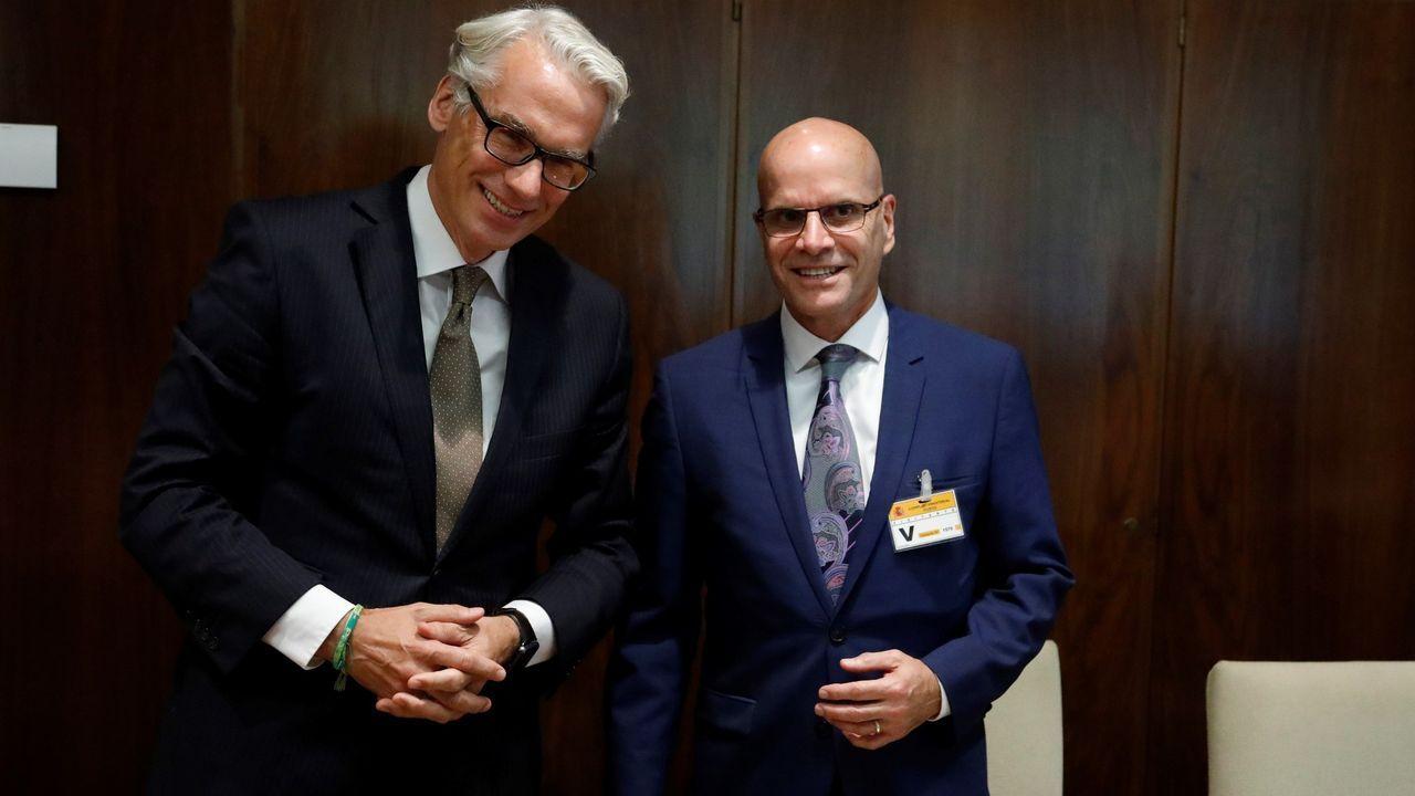 A la derecha, el representante de Corporate Development Alcoa, Marc Pereira, y el de Parter, Rudiger Terhorst, celebran el acuerdo de venta el verano pasado