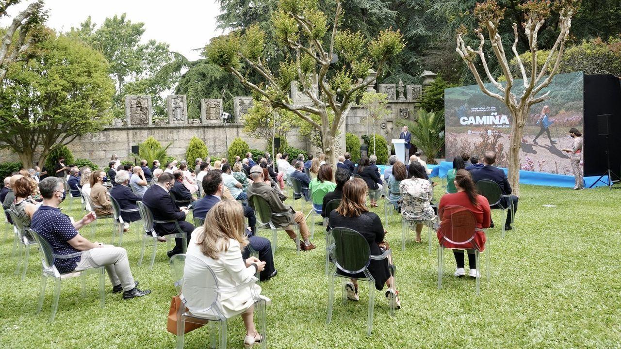 Presentación de la campaña turística Camiña Galicia del Xacobeo 21-22.El vicepresidente Alfonso Rueda, entregando un regalo al ministro de Turismo de Corea del Sur en presencia de la ministra de Industria