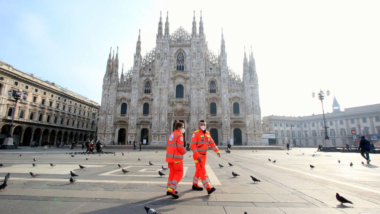 El primer ministro italiano, Mario Draghi, y su esposa, Maria Serenella Cappello, esperan turno para recibir la vacuna de AstraZeneca