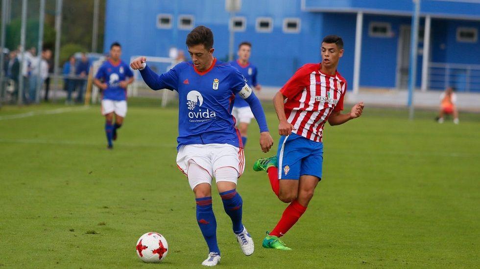 Real Oviedo Femenino Horizontal.Iván conduce un balón en el Oviedo-Sporting