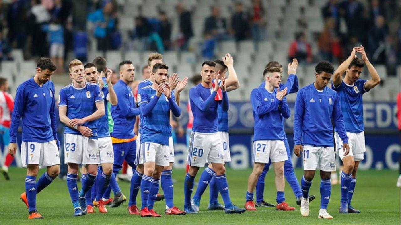 Los jugadores del Oviedo saludan a la afición tras el empate ante el Lugo
