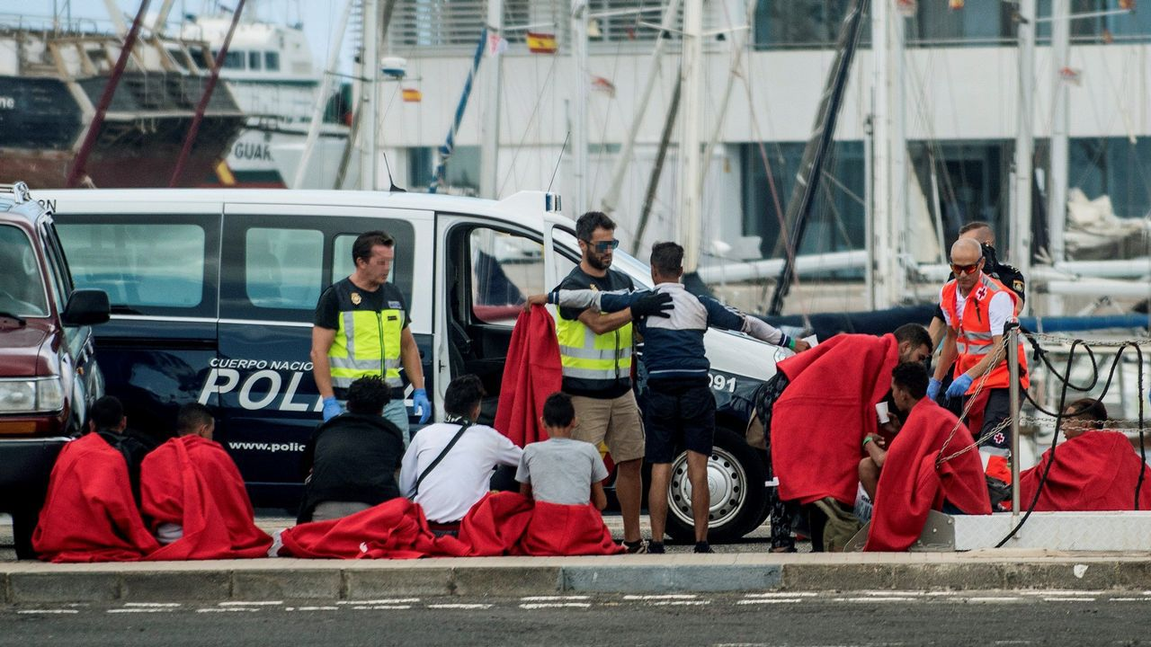 Llegada al puerto de Naos, en Arrecife, un grupo de 28 personas que navegaban en una patera rumbo a Lanzarote
