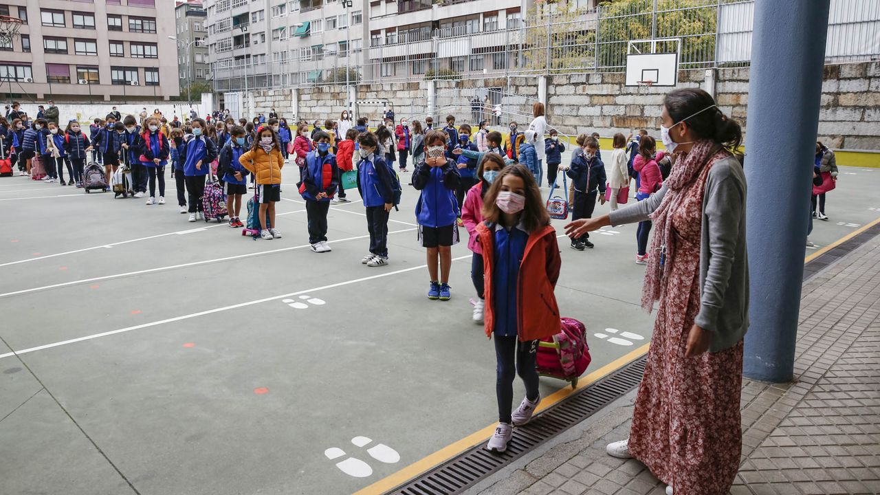 Entrada de alumnos a un colegio siguiendo el protocolo contra el coronavirus