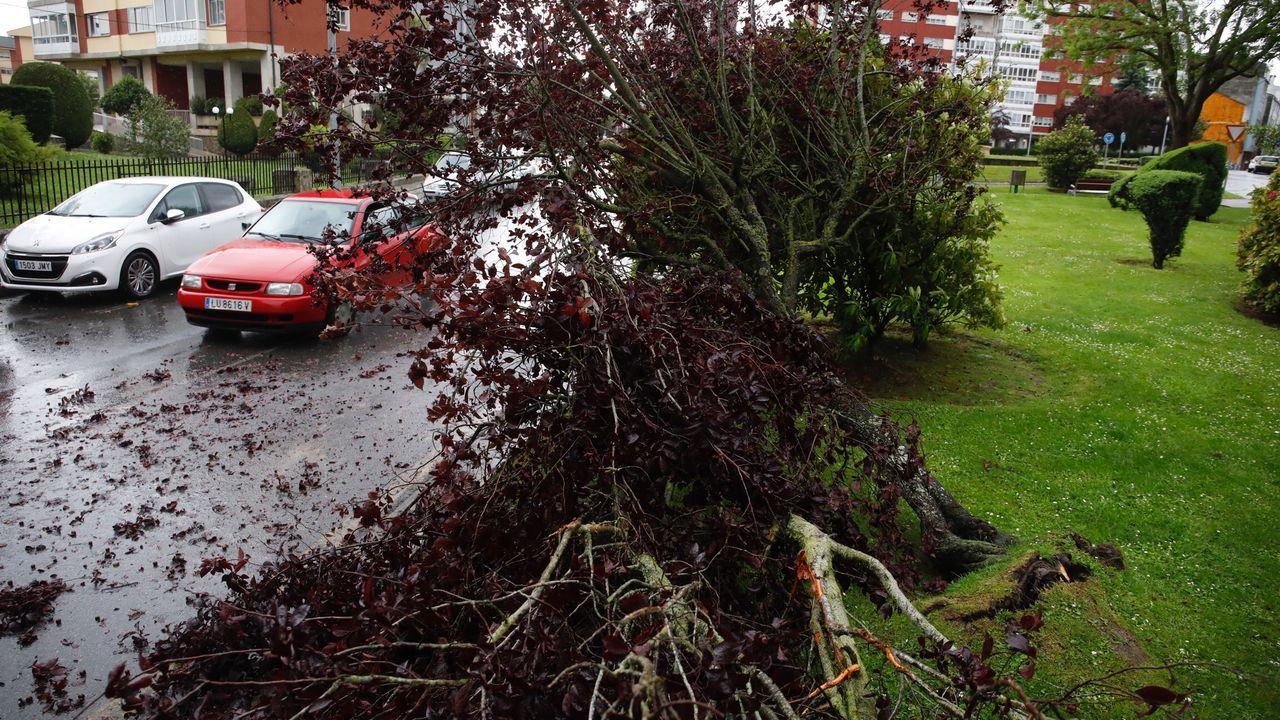 ÁLBUM: Los efectos de la tormenta del cuatro de mayo.Un coche de la Guardia Civil, frente al juzgado de Chantada en una fotografía de archivo