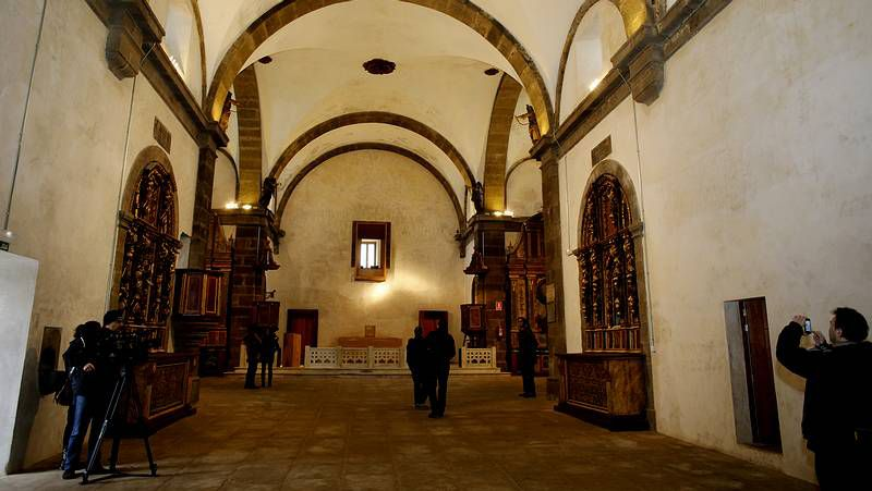 La infanta Elena practica los primeros auxilios en A Coruña.Interior del templo.