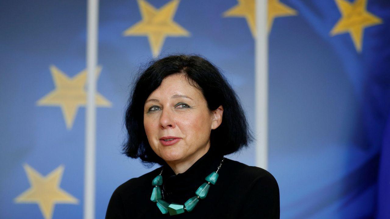 La comisaria de Justicia, Vera Jourova, presentó una lista de territorios utilizados por criminales para blanquear dinero y financiar el terrorismo que acabará en la papelera