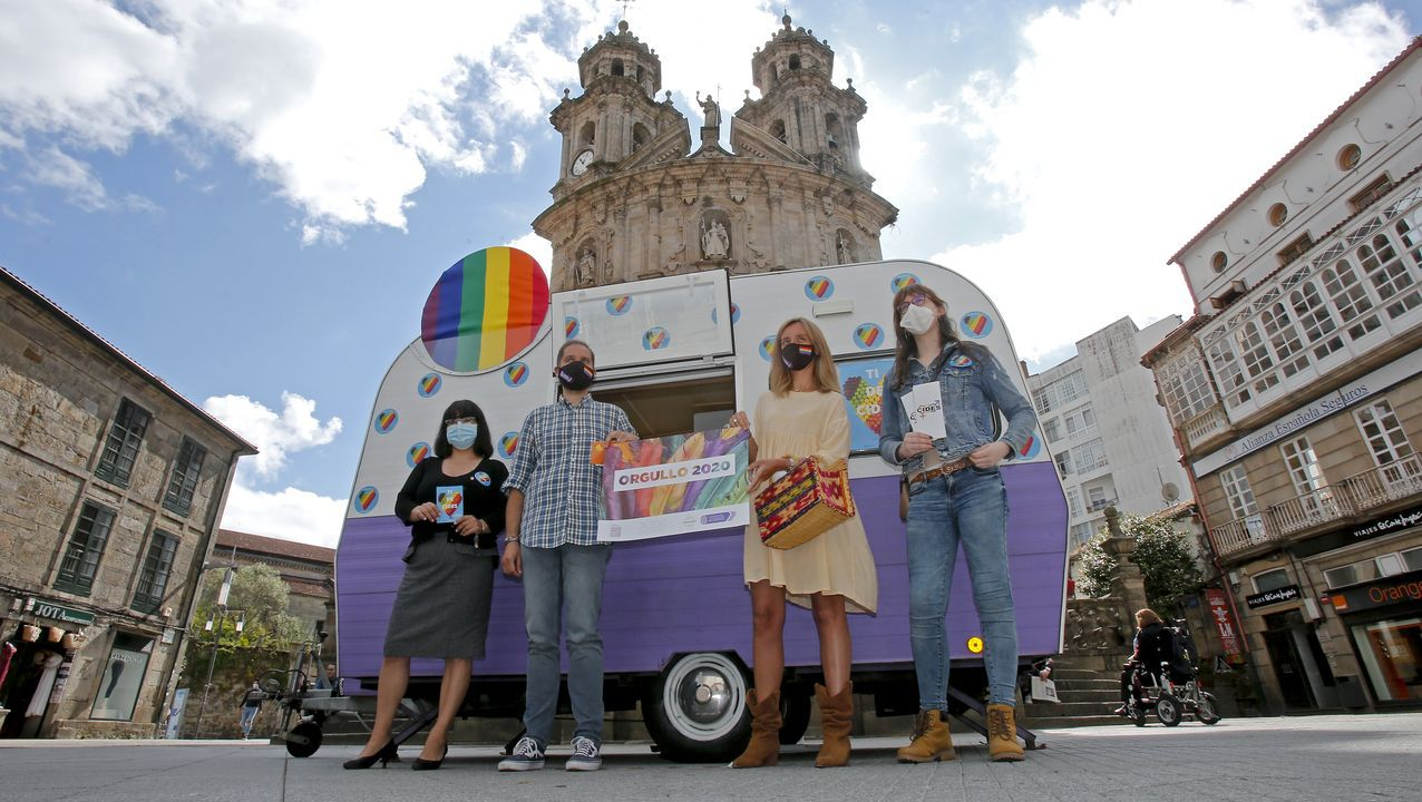 Uno de los bancos arcoíris que ya están pintados en el barrio del Polígono, en Gijón