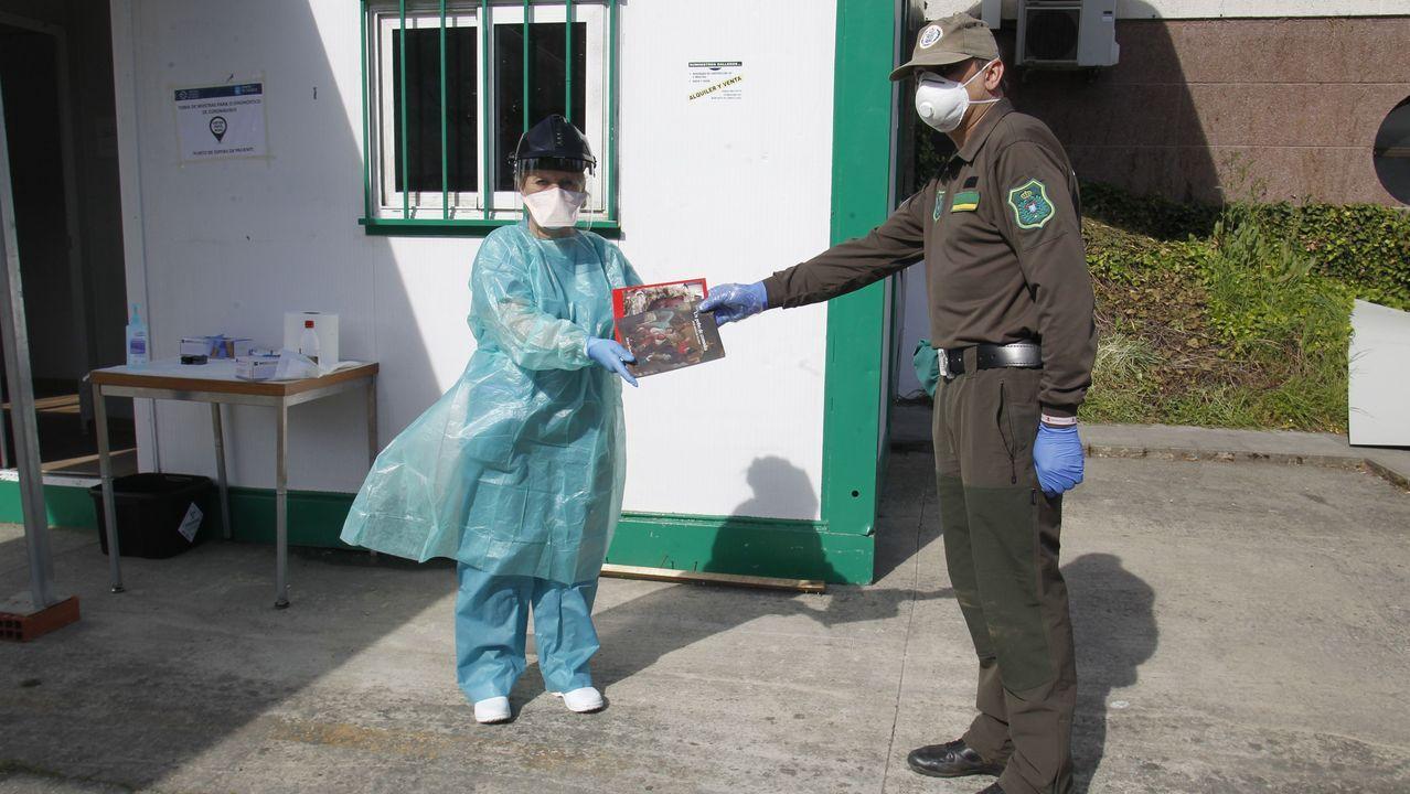 Javier González entrega ejemplares de sus comedias a una enfermera que atiende en el hospital de Monforte a personas sospechosas de haber contraído el coronavirus