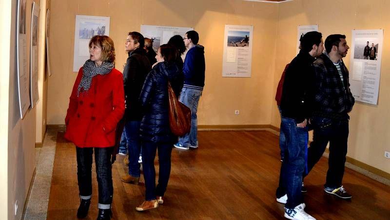 Visitantes en la exposición del faro de Fisterra.