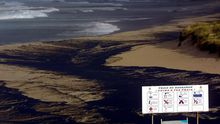 Playa de Barrañán, en Arteixo, cubierta por el fuel