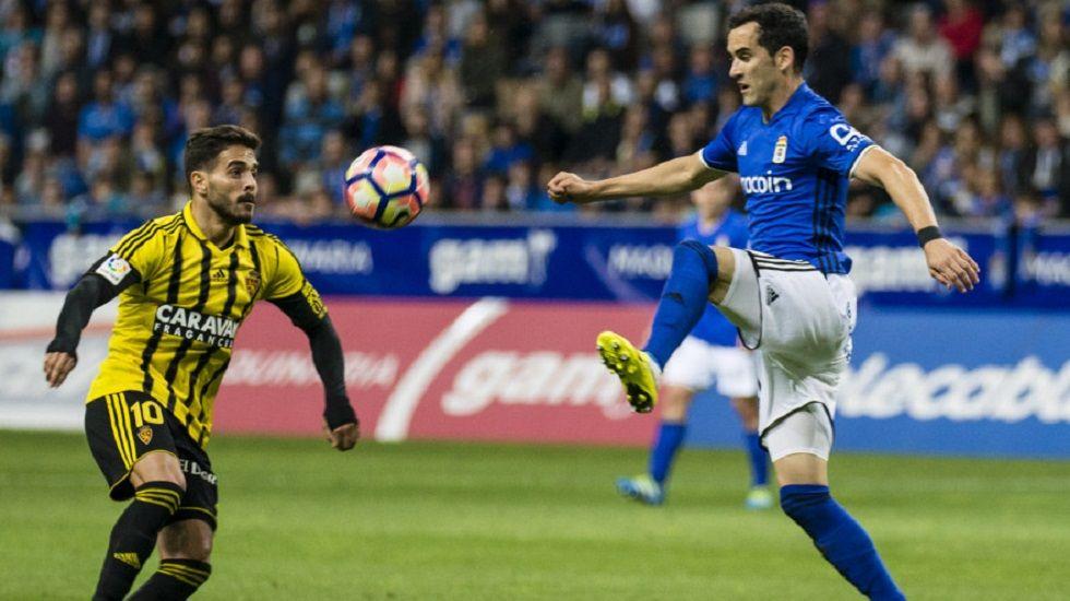 Linares y Javi Ros luchan por un balón en el Oviedo-Zaragoza de la 16/17